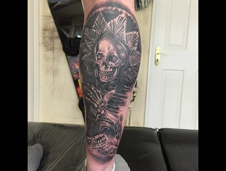 #Blackandgreytattoo #Realistic #Realismtattoo #Skulltattoos Black Grey Lower Leg