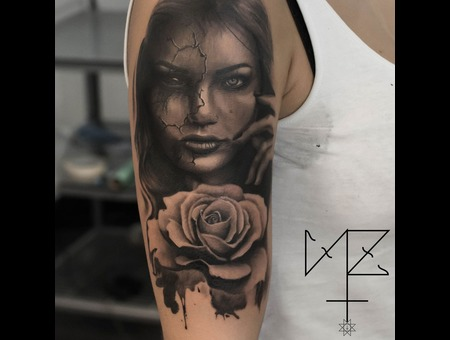 Portrait Rose Black Grey Arm