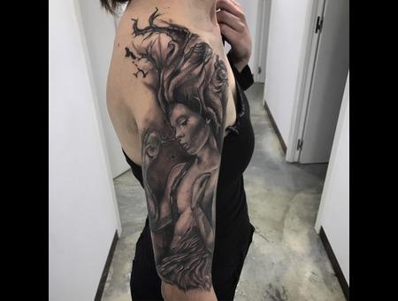 La Mujer Arbol Black Grey