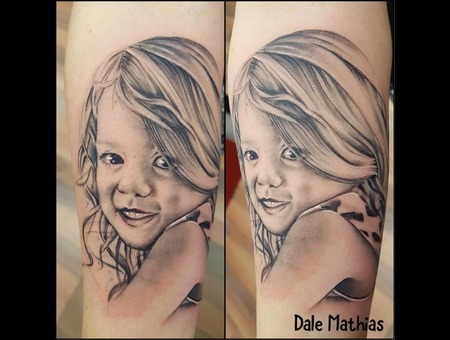 Realism  Portrait  Mother  Daughter   Black Grey Arm