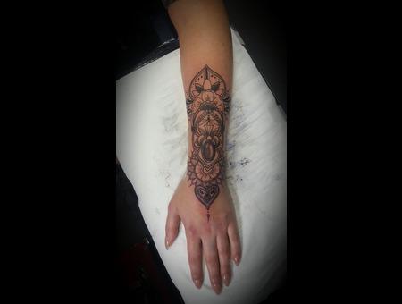 Mandala Hennapatern Armtattoo Black Grey Arm