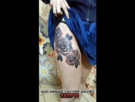 Roses Black Grey Thigh