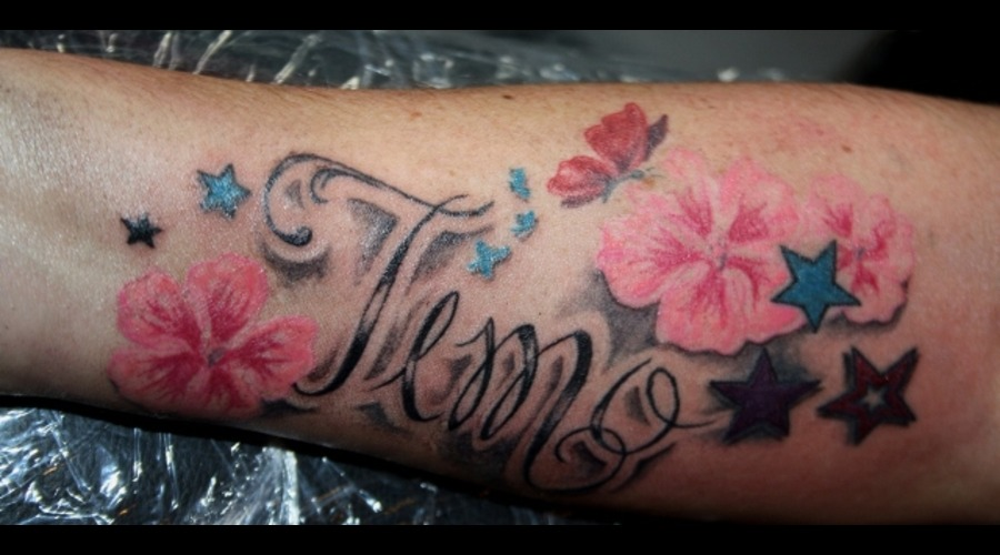 Schrift Tattoo  Familie  Blumen  Girly Color