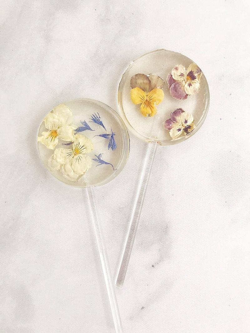Organic edible flower lollipop wedding favors for chic guest idea