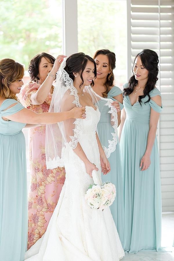 Bride and her bridesmaids in mint dresses