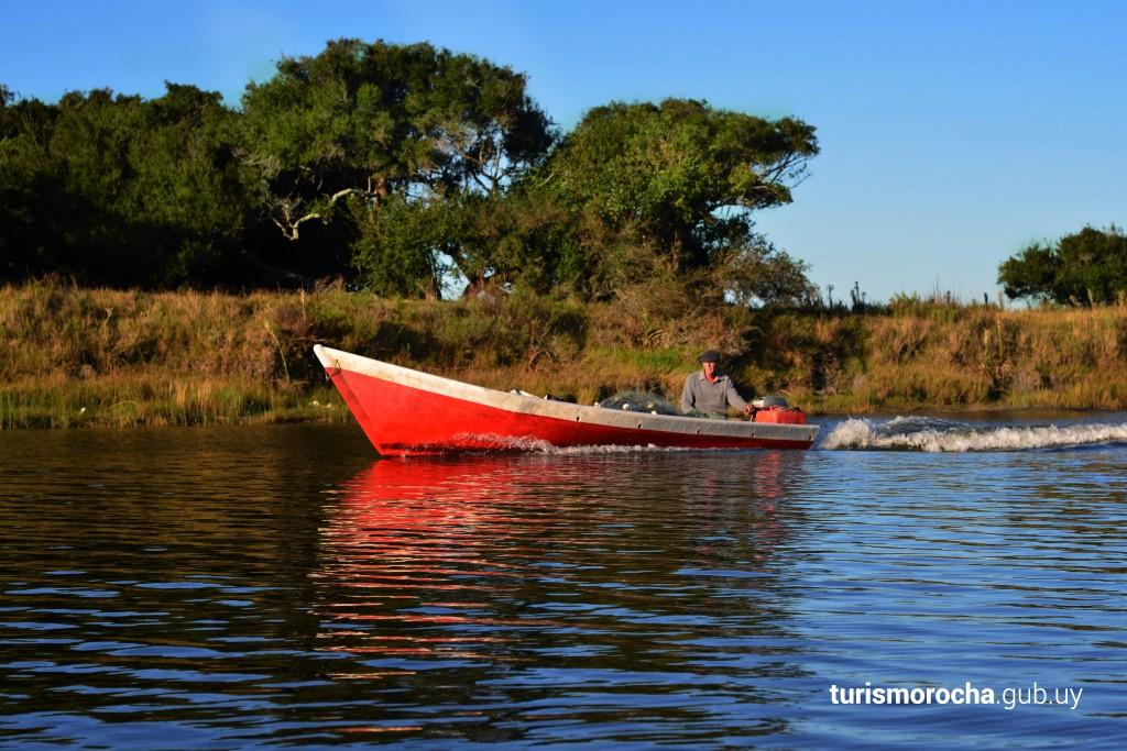 Pesca artesanal de camarones en Arroyo Valizas