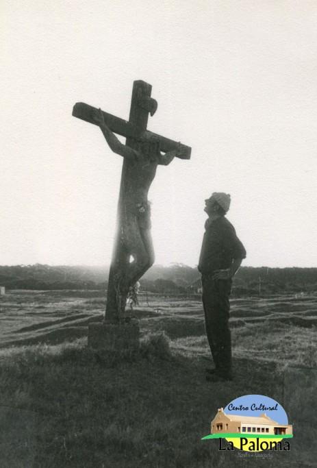Alfredo Maurente con su obra Cristo de Lucho