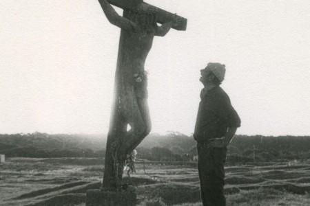 """Alfredo Maurente con su obra Cristo de """"Lucho"""" - F: Centro Cultural de La Paloma"""