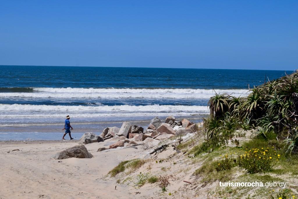 Caminata por la playa de Aguas Dulces