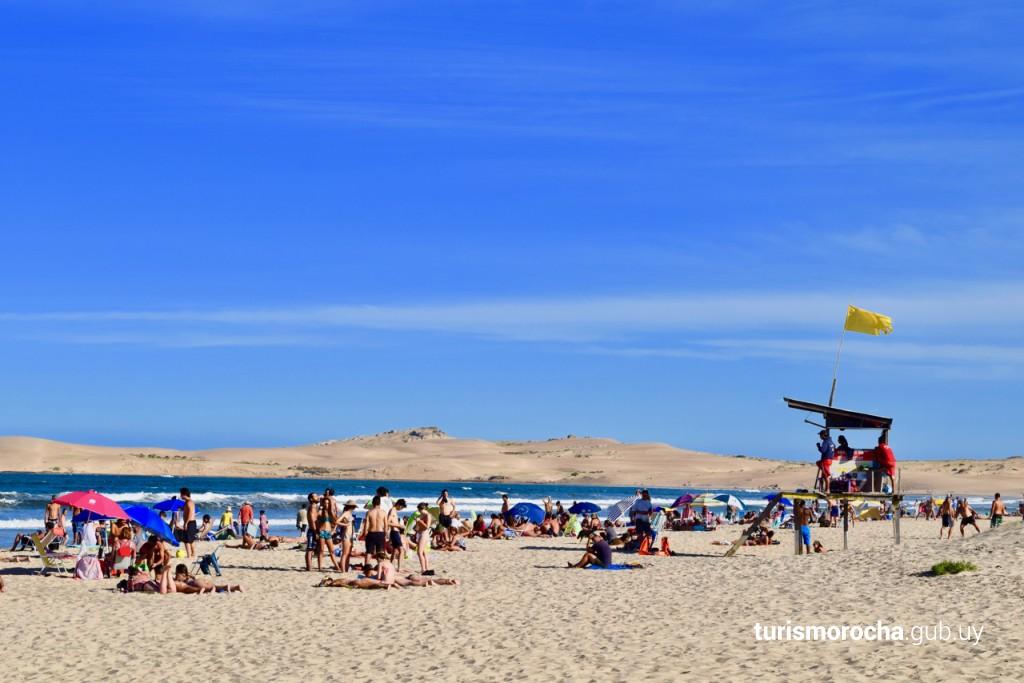 Playa de Barra de Valizas con servicio de guardavidas en verano