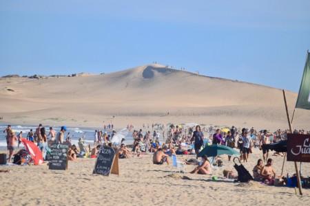 Playa de Barra de Valizas: un paisaje de inmensas dunas, arroyo y océano en Uruguay