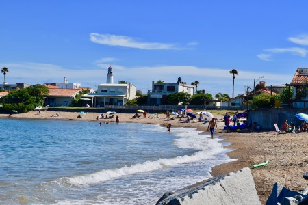 Playa Bahía Chica en La Paloma, frente a isla La Tuna, poco profunda y de oleaje tranquilo