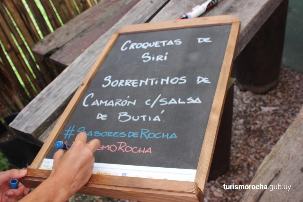 Platos con butiá, fruto de los Palmares de Rocha, Uruguay