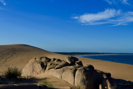Rocas sobre las dunas