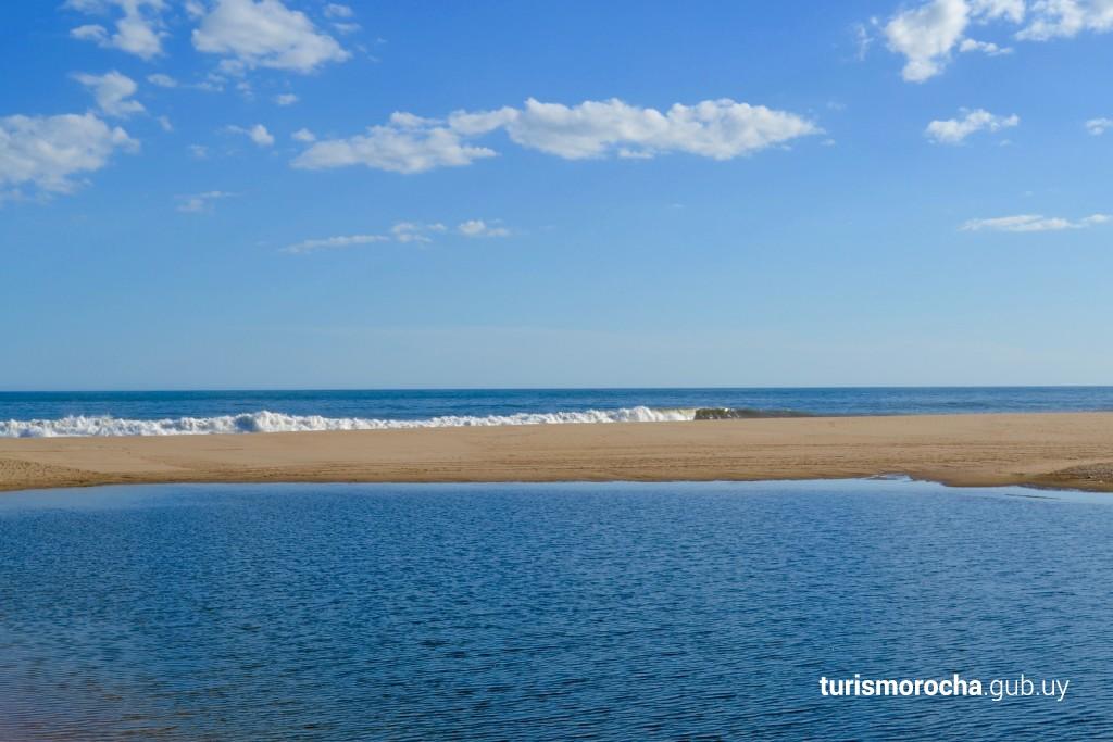 Barra de arena que separa la laguna del océano
