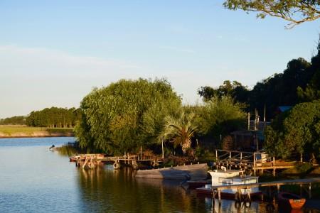 Pequeño pueblo de pescadores a orillas del arroyo