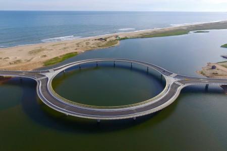 Puente circular sobre la Laguna Garzón