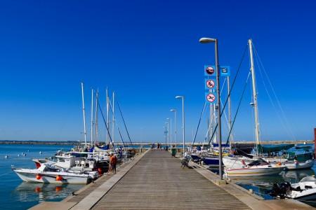 Muelle de madera donde amarran embarcaciones deportivas