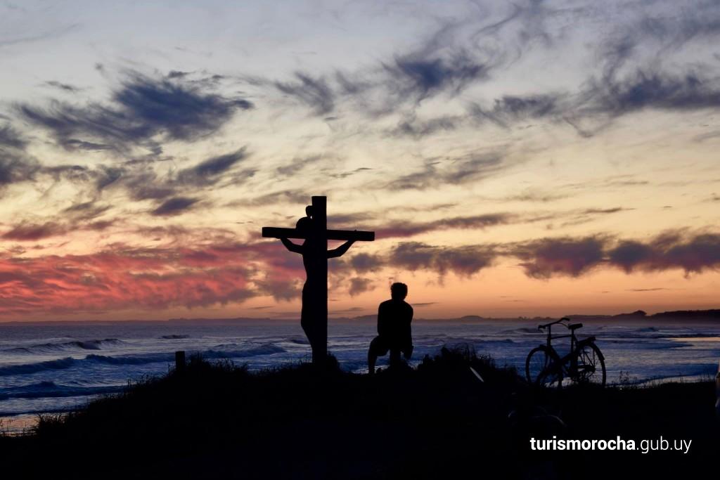Atardecer en playa Los Botes junto al Cristo de Lucho