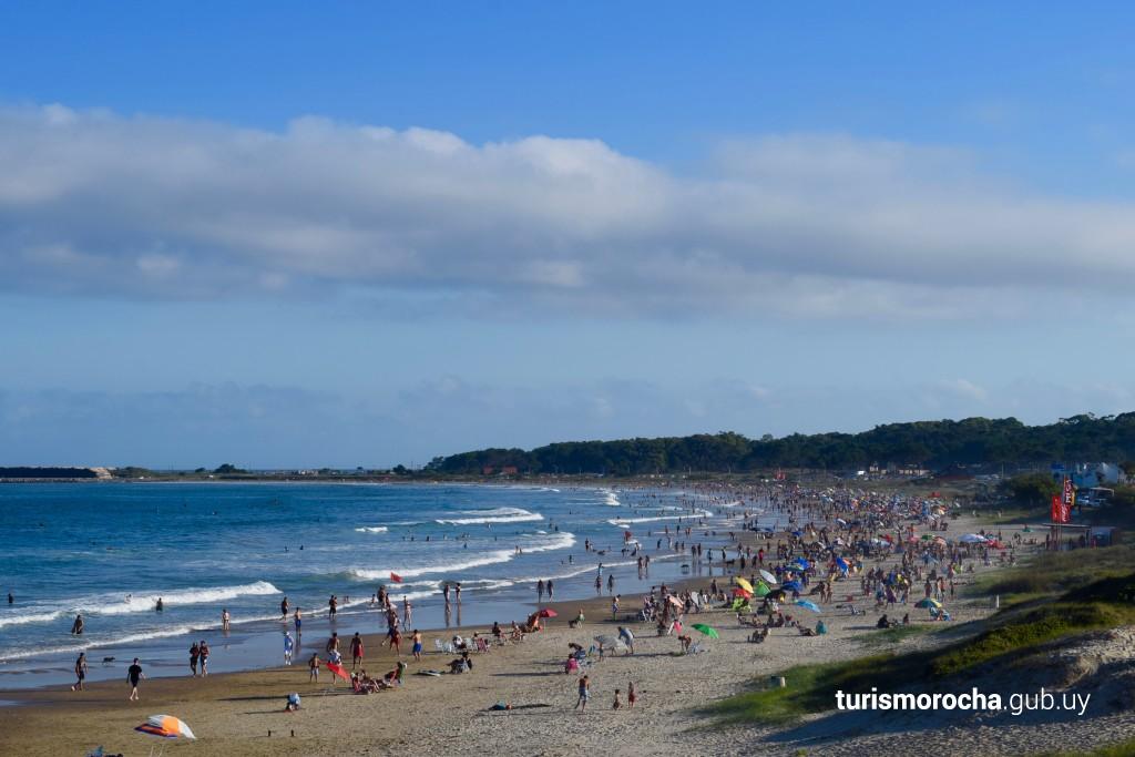 Viste desde el cerro de La Virgen hacia playa La Aguada un día de verano