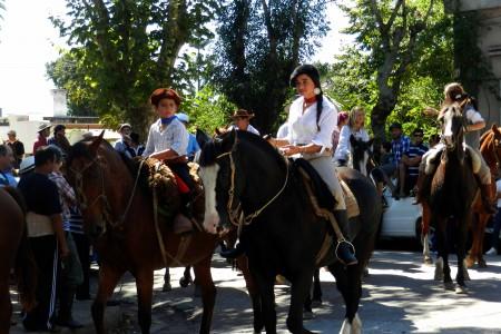 Desfile gauchezco en el Festival del asado con cuero en Lascano