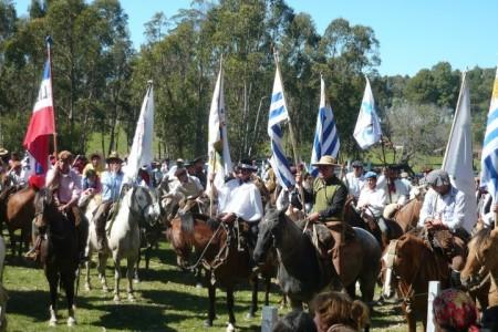 Desfile gaucho en el Festival de la Danza y el Corcovo
