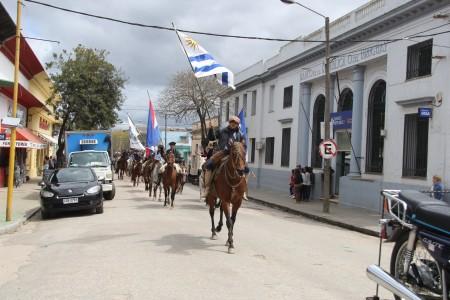 Desfile por las calles de Castillos en el Festival de la Danza y el Corcovo