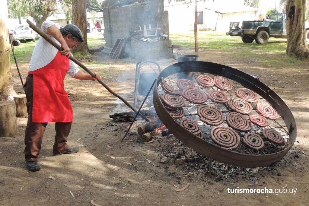 Chorizos caseros en la Sociedad 19 de abril, Rocha