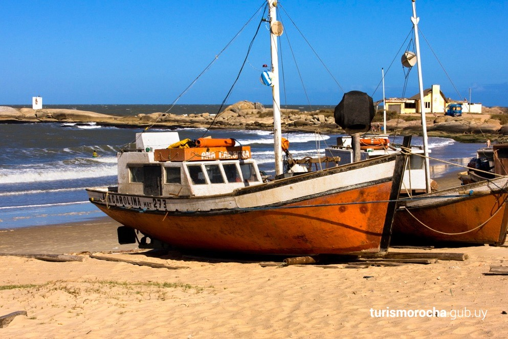 Barcas de pesca artesanal en la playa de Los Pescadores