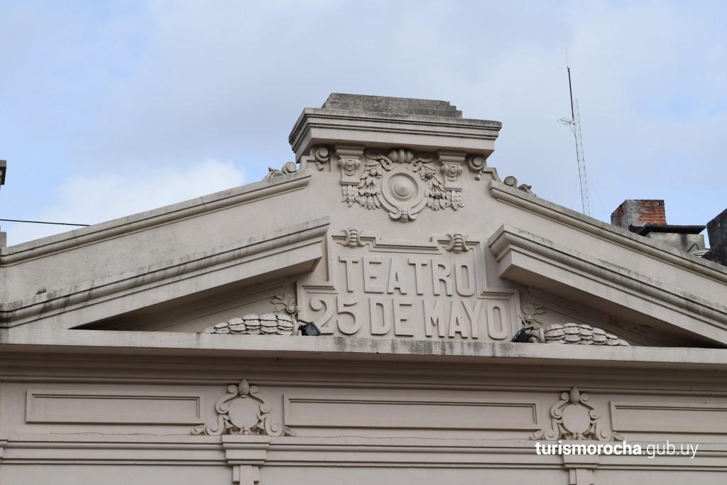 Detalles de la fachada del Teatro 25 de Mayo