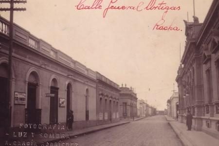 Sobre la derecha, Palacio Municipal (Intendencia Departamental de Rocha)