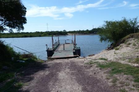 Balsa sobre el río Cebollatí
