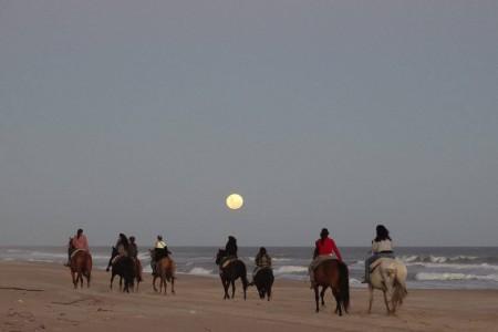 Cabalgata lunar en La Pedrera