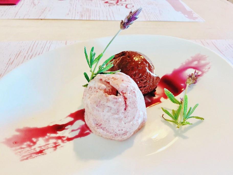 Mousse de chocolate y arazá - Las Rocas Restó en La Paloma