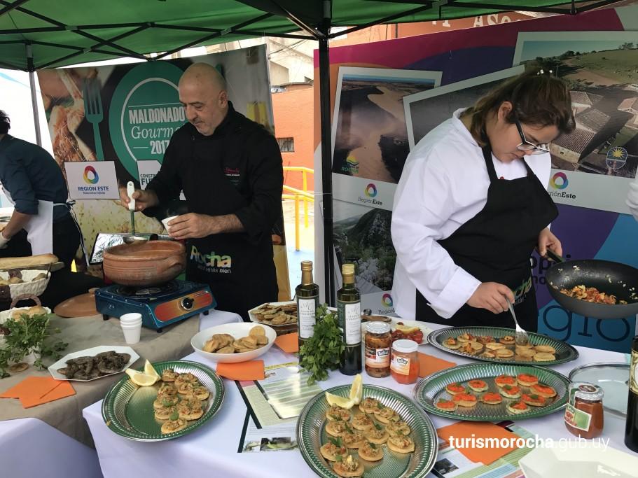 Presidente de la CRT y chef Jorge Simeone cocinando con María Pía Cardozo, ex participante de MasterChef Uruguay