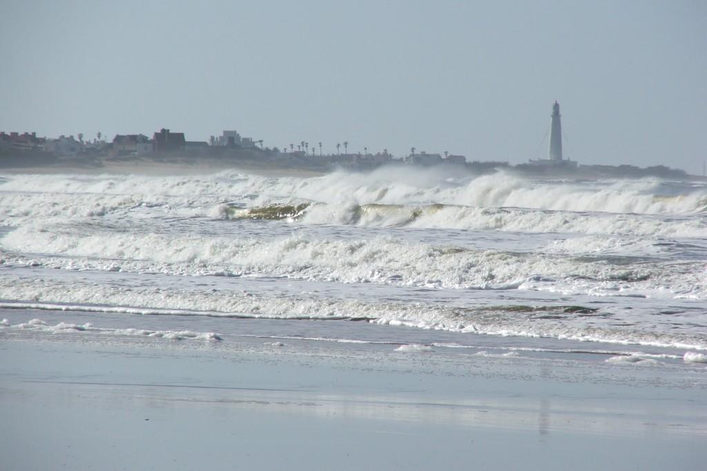 Vista al faro de La Paloma desde playa La Serena