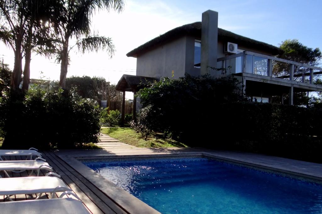 Jardín con piscina exterior