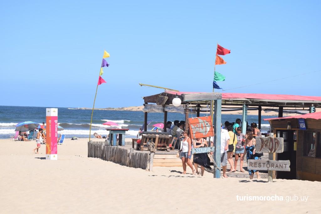 Restaurante Proa, sobre la playa de Barra de Valizas