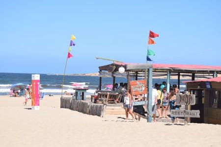 Proa, restaurante na praia da Barra de Valizas