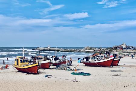 Verano con vista al mar y los pies en la playa. Alójate en Marisma Hotel en Punta del Diablo