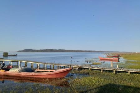 Un paisaje singular, con la compañía del mar, las aves y los sonidos típicos de la laguna