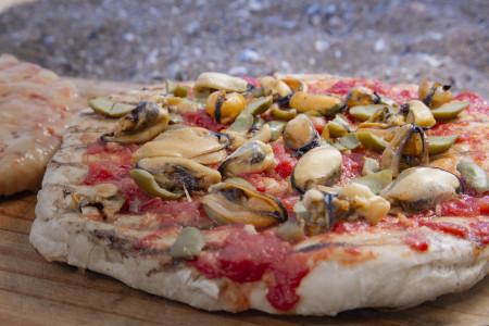 Cómo preparar una pizza casera y a la receta darle un sabor muy de Rocha: ¡mejillones!