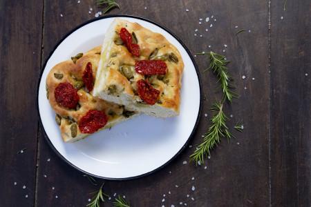 Receta de una tradicional focaccia italiana con un toque de Rocha: aceite de oliva y aceitunas