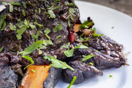 Receta del famoso cordero uruguayo braseado al Tannat. Tierno y de sabor delicioso