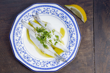 Boquerones de pejerrey, una receta española adaptada a los Sabores de Rocha. ¡Ideal para verano!