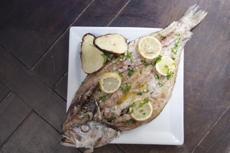 Receta para preparar una rica pescadilla a las brasas. Ingredientes y procedimiento