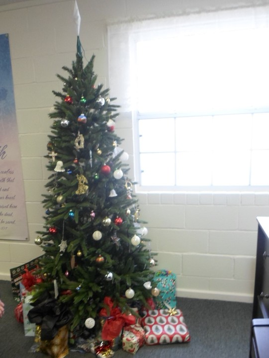 Our%20lovely%20tree%20with%20gifts%20ready%20for%20the%20gift%20exchange-web