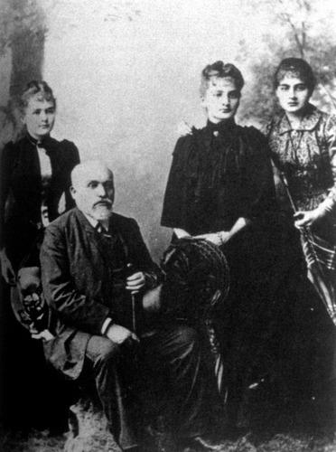 Image of SklodowskiFamily1890