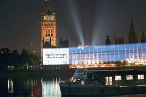 Proyectan en edificios del mundo la letra de Imagine, el himno de paz de Lennon