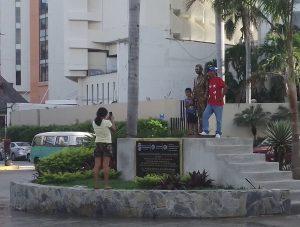Aprovechan acapulqueños y turistas la polémica estatua de Eugenio Derbez para tomarse fotos